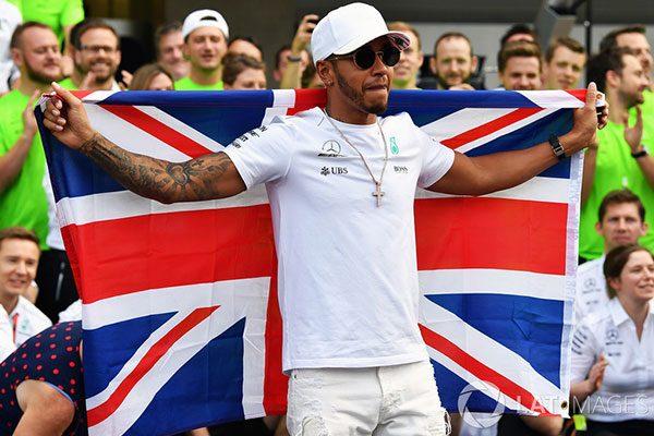 Hamilton a 4. világbajnoki címét ünnepli