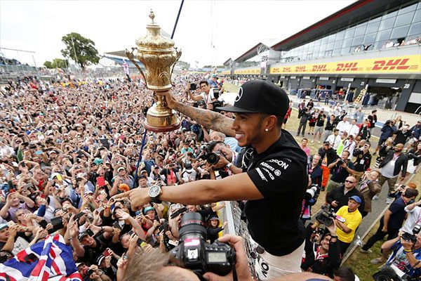 Hamilton a brit nagydíjon a győzelmét ünnepli