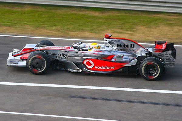 Lewis Hamilton a McLaren Mercedes MP4-23 volánja mögött a 2008-as Kínai nagydíjon