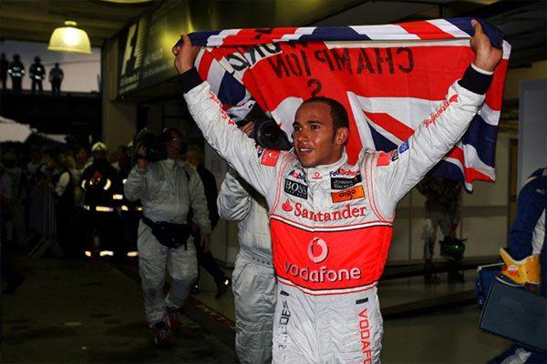 Lewis Hamilton az utolsó kanyarban megszerzett világbajnoki cím ünneplése közben