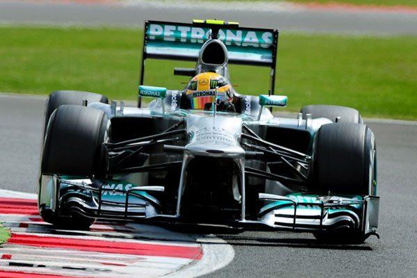 Lewis Hamilton új csapata színeiben a Mercedes F1 W04 volánja mögött